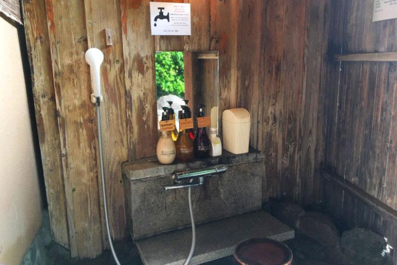 「名苑と名水の宿 梅園」の客室露天風呂と大浴場